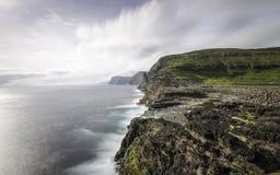 Απότομος βράχος Sørvà ¡ gsvatn (Leitisvatn) που τελειώνει στον ωκεανό, Νησιά Φερόες, Denmak, Ευρώπη Στοκ Φωτογραφίες