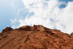 Απότομο βουνό και νεφελώδης μπλε ουρανός Στοκ εικόνες με δικαίωμα ελεύθερης χρήσης