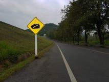 Απότομο σημάδι κυκλοφορίας λόφων βαθμού στο δρόμο Στοκ εικόνες με δικαίωμα ελεύθερης χρήσης