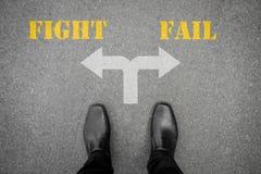 Απόφαση να κάνει στο διαγώνιο δρόμο - παλεψτε ή αποτύχετε στοκ εικόνες