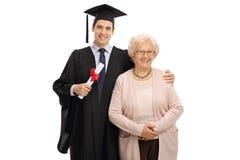 Απόφοιτος φοιτητής και η γιαγιά του που εξετάζουν τη κάμερα Στοκ φωτογραφία με δικαίωμα ελεύθερης χρήσης
