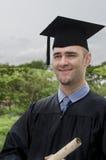 Απόφοιτος φοιτητής που κρατά υπαίθρια το δίπλωμα Στοκ φωτογραφία με δικαίωμα ελεύθερης χρήσης