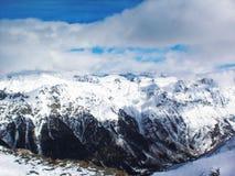 Απόψεις καλυμμένων των χιόνι βουνών Dombay Χειμερινή ηλιόλουστη ημέρα, αργαλειός Στοκ φωτογραφία με δικαίωμα ελεύθερης χρήσης