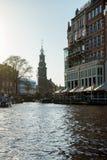 Απόψεις καναλιών σχετικά με τον πύργο Munttoren στο Άμστερνταμ, Κάτω Χώρες, στις 13 Οκτωβρίου 2017 στοκ εικόνα