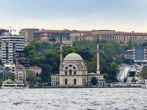 Απόψεις μουσουλμανικών τεμενών και Bosphorus της Ιστανμπούλ Dolmabahce Στοκ φωτογραφία με δικαίωμα ελεύθερης χρήσης