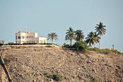 Απόψεις της ακτής, της αποβάθρας και των χερσαίων εγκαταστάσεων του λιμένα Salalah, Ομάν, Ινδικός Ωκεανός στοκ φωτογραφία