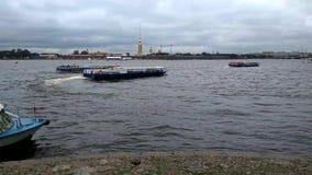 Απόψεις της διάβασης των σκαφών αναψυχής στον ποταμό Neva απέναντι από το Peter και του φρουρίου του Paul στην Άγιος-Πετρούπολη απόθεμα βίντεο