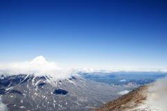 Απόψεις του ηφαιστείου Koryaksky από την άκρη του κρατήρα Avachinsky Sopka Στοκ εικόνες με δικαίωμα ελεύθερης χρήσης