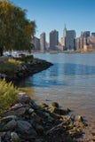 Απόψεις του της περιφέρειας του κέντρου ορίζοντα του Μανχάταν πόλεων της Νέας Υόρκης από το κρατικό πάρκο Plaza ατσάλινων σκελετώ στοκ φωτογραφία
