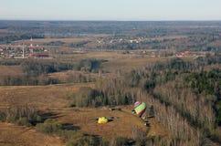 Απόψεις του τομέα, των μπαλονιών, της επαρχίας, του μπλε ουρανού και του ορίζοντα από Στοκ εικόνα με δικαίωμα ελεύθερης χρήσης