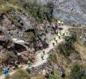 Απόψεις των αχθοφόρων κατά μήκος του ίχνους Inca που δεσμεύεται για Machu Picchu στοκ εικόνα με δικαίωμα ελεύθερης χρήσης