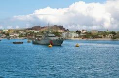 Απόψεις των βαρκών και των σπιτιών που φθάνουν σε ζωηρόχρωμο Puerto Baquerizo Moreno στοκ εικόνα