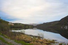Απόψεις των βουνών και της λίμνης Στοκ Εικόνες