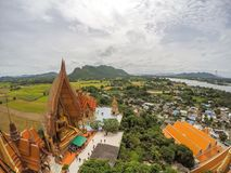 Απόψεις Manificent του χρυσού πηγουνιού Prathanporn ` αγαλμάτων ` του Βούδα και της περιβάλλουσας επαρχίας με τα βουνά και τους τ Στοκ Εικόνα