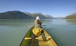 Απόλαυση μιας ήρεμης ημέρας σε μια αλπική λίμνη Στοκ Εικόνες