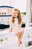 Απόλαυση μικρών κοριτσιών Smailing που πλέει με ένα γιοτ πολυτέλειας Στοκ φωτογραφία με δικαίωμα ελεύθερης χρήσης