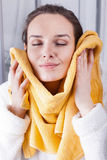 Απόλαυση της μαλακότητας μιας πετσέτας Στοκ φωτογραφία με δικαίωμα ελεύθερης χρήσης