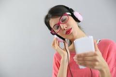 απόλαυση της μουσικής ακούσματος στις νεολαίες γυναικών Στοκ Εικόνες