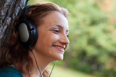 Απόλαυση της μουσικής στο πάρκο φθινοπώρου Στοκ Εικόνες