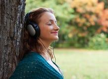 Απόλαυση της μουσικής στο πάρκο φθινοπώρου Στοκ Εικόνα