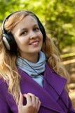 Απόλαυση της μουσικής στο πάρκο φθινοπώρου Στοκ φωτογραφίες με δικαίωμα ελεύθερης χρήσης