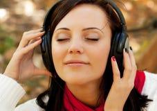 Απόλαυση της μουσικής στο πάρκο φθινοπώρου Στοκ εικόνα με δικαίωμα ελεύθερης χρήσης
