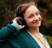 Απόλαυση της μουσικής στο πάρκο φθινοπώρου Στοκ Φωτογραφία