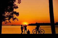 απόλαυση του ηλιοβασιλέματος ανθρώπων Στοκ φωτογραφία με δικαίωμα ελεύθερης χρήσης