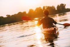 Απόλαυση του ηλιοβασιλέματος στον ποταμό Στοκ φωτογραφίες με δικαίωμα ελεύθερης χρήσης