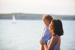 Απόλαυση του ηλιοβασιλέματος Στοκ εικόνα με δικαίωμα ελεύθερης χρήσης