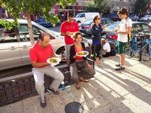 Απόλαυση των ινδικών τροφίμων στο φεστιβάλ Στοκ εικόνα με δικαίωμα ελεύθερης χρήσης