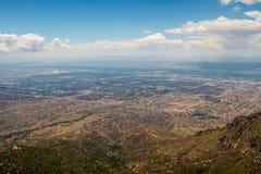 Από επάνω προς τα κάτω άποψη σχετικά με μια αμερικανική πόλη κάτω από το βουνό Στοκ Εικόνα