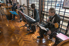 Απόδοση μουσικής της Jazz στο τραίνο Koshino Shu*Kura τουριστών Στοκ Εικόνες