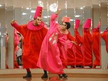 Απόδοση των δραστών του περιπλαμένος κυρίου Pezho κουκλών θεάτρων στο φουαγιέ του θεάτρου στιλβωμένου Στοκ εικόνα με δικαίωμα ελεύθερης χρήσης