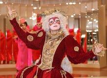 Απόδοση των δραστών του περιπλαμένος κυρίου Pezho κουκλών θεάτρων στο φουαγιέ του θεάτρου στιλβωμένου Στοκ Φωτογραφία
