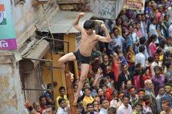 Απόδοση Mallakhamba (ινδική γυμναστική) στην οδό Στοκ Εικόνες