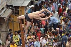 Απόδοση Mallakhamba (ινδική γυμναστική) στην οδό στοκ φωτογραφίες