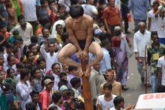 Απόδοση Mallakhamba (ινδική γυμναστική) στην οδό Στοκ φωτογραφία με δικαίωμα ελεύθερης χρήσης