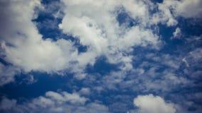 Από τα σύννεφα και το μπλε ουρανό εστίασης για το ομαλό υπόβαθρο Στοκ Φωτογραφίες