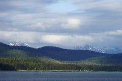 Από την Αλάσκα χιονοσκεπής άποψη βουνών από το νερό στοκ εικόνα