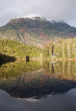 από την Αλάσκα ύδωρ αντανακ&l Στοκ φωτογραφία με δικαίωμα ελεύθερης χρήσης