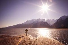 Από την Αλάσκα φωτογράφος στην ηλιόλουστη παραλία στοκ εικόνα
