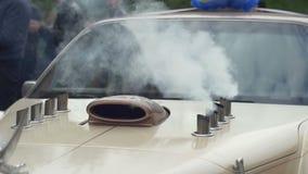 Από την εξάτμιση οι σωλήνες του αυτοκινήτου πηγαίνουν πυρκαγιά απόθεμα βίντεο