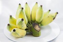 από την καλλιεργημένη μπανάνα στο άσπρο πιάτο Στοκ εικόνες με δικαίωμα ελεύθερης χρήσης