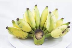 από την καλλιεργημένη μπανάνα στο άσπρο πιάτο Στοκ φωτογραφία με δικαίωμα ελεύθερης χρήσης