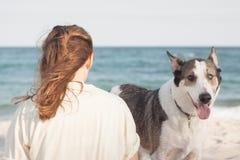 από της Βρυξέλλες νεολαίες γυναικών σκυλιών διασταύρωσης griffon στοκ εικόνες