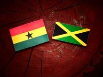 Από τη Γκάνα σημαία με την τζαμαϊκανή σημαία σε ένα κολόβωμα δέντρων Στοκ εικόνα με δικαίωμα ελεύθερης χρήσης