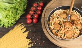 Από τη Μπολώνια ζυμαρικά μακαρονιών με τη σάλτσα, τα λαχανικά και τον κιμά ντοματών - σπιτικά υγιή ιταλικά ζυμαρικά αγροτικό σε έ στοκ φωτογραφία