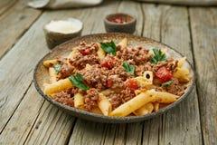 Από τη Μπολώνια ζυμαρικά Fusilli με τη σάλτσα ντοματών, κομματιασμένο έδαφος βόειο κρέας alla μελιτζανών ανασκόπησης παραδοσιακό  στοκ φωτογραφίες με δικαίωμα ελεύθερης χρήσης