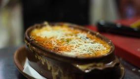 Από τη Μπολώνια φρέσκος Lasagne από την κουζίνα του αρχιμάγειρα απόθεμα βίντεο